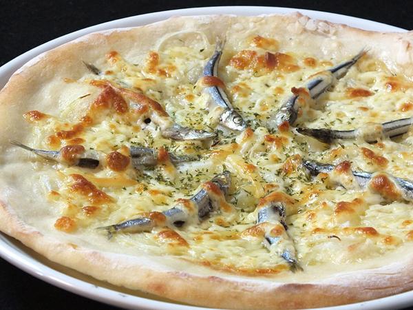石窯ピッツアの「灰干しきびなごピザ」。灰干しのきびなごが旨い!ガーリックバターソースとブラックペパーがアクセント。